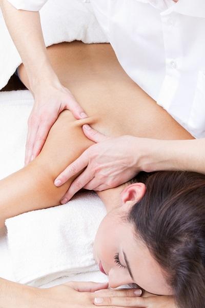 Kobieta ma masaż barku