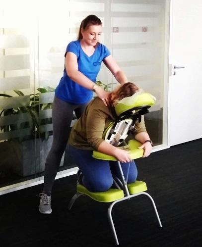 Malwina Liszka podczas wykonywania masażu biurowego