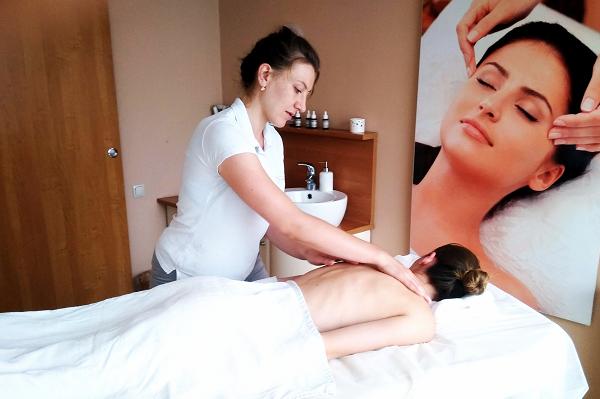 Masażystka masuje kobietę w salonie masażu dr Irena Eris