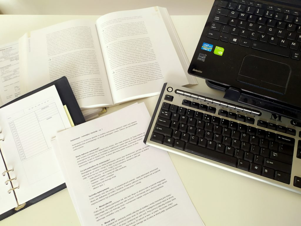 Dokumenty podczas pracy przy komputerze