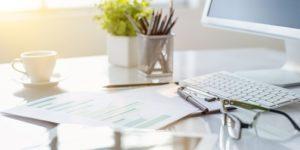 Biurko, dokumenty podczas pracy przy komputerze