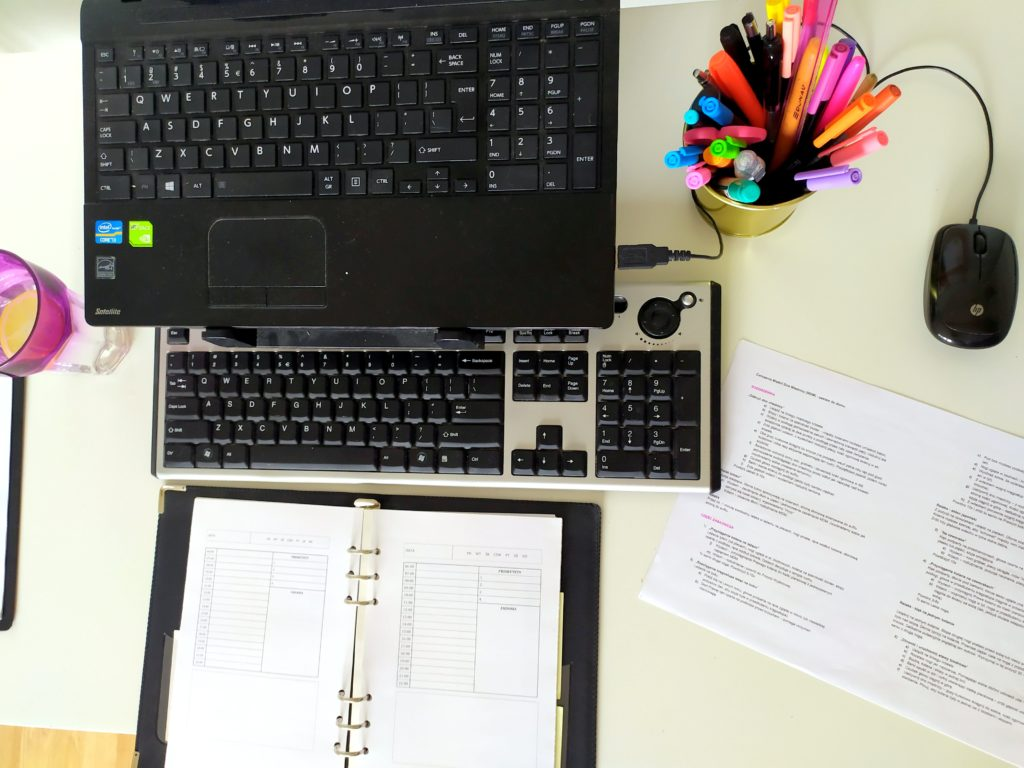 Podczas pracy przy komputerze myszka nie powinna leżeć daleko od klawiatury